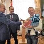 В Ростовском районе 8 многодетных семей получили земельные участки